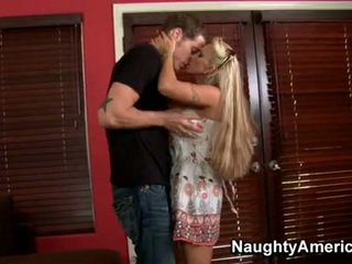 Mesum pirang momma holly halston enjoys the hard wang dipping in her mouth