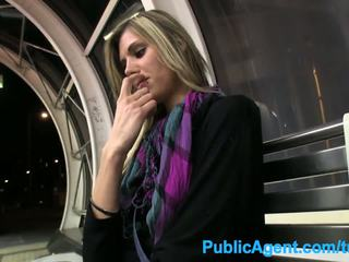 Publicagent karstās garas skaistule spreads viņai kājas par sīknauda uz publisks