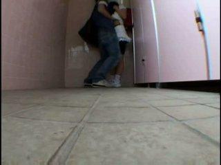 Tineri adolescenta molested pe schooltoilet