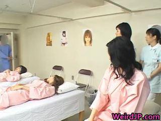 เอเชีย เมีย เป็น examining female workers