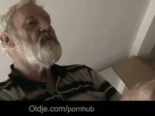 "Bearded grootvader sperma in tinaãâ²ãâ'ã¢â""â¢s jong mond"
