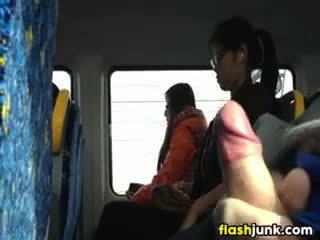 Flashing a grūti dzimumloceklis uz asia par the vilciens