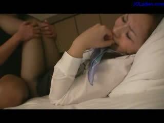 Kantoor dame in panty giving bj geneukt zaad naar panty op de bed in de hotel