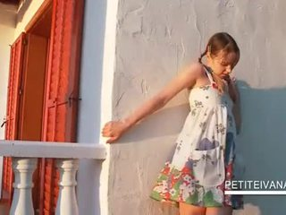 Smashing teenie shows haar undies onder het rokje