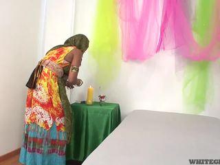 Gražu indiškas žmona čiulpimas muscle penis