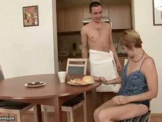 Καυτά παππούς enjoys σεξ με ένα αγόρι