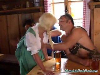 Blondīne ielasmeita has sperma no bjing un rubbing two boners