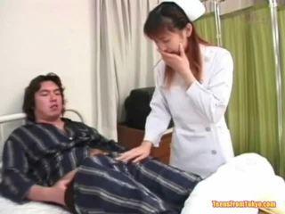 Orientalsk sykepleier spiller av