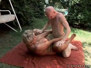 Krūtainas vecmāte enjoying grūti sekss ārā