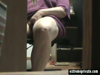 Mum betrapt masturberen onder de bureau