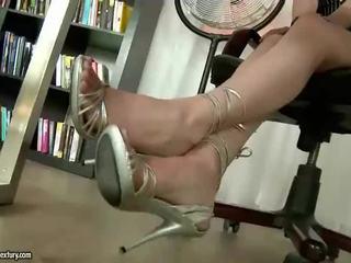 Quente secretária mostrando fora dela agradável pés