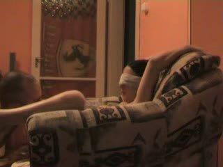 Έφηβος/η blind folded και αναγκαστική να γαμώ stranger βίντεο