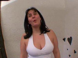La grosse salope ejacule et se fait en...