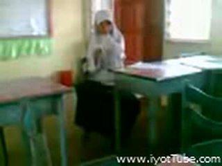 Видео - malibog na classmate pinakita ang pepe sa класна стая