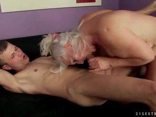 Üleannetu inetu vanaema keppimine a younger mees