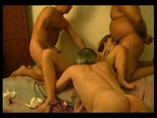 Vrouw in bed met 4 ouder men
