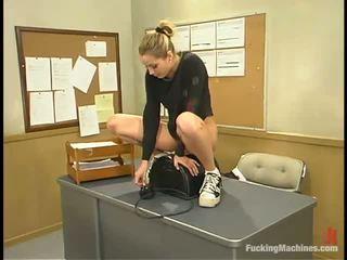 Sensuous pedagogue has un screwing macchina sotto suo scrivania