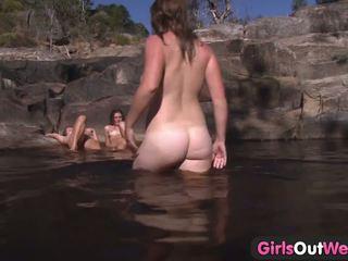 Jong lesbisch kwartet openlucht baden