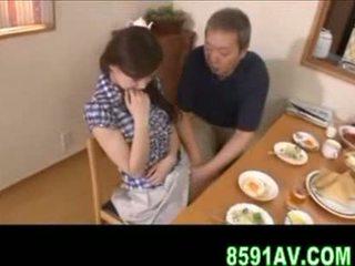 Bystiga hustru gives äldre människa avsugning