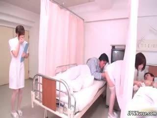 Μικροσκοπικός ιαπωνικό νοσοκόμα giving ένα τσιμπούκι part4