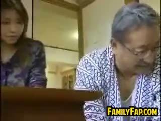 Asiatiskapojke steg dotter med den gammal människa