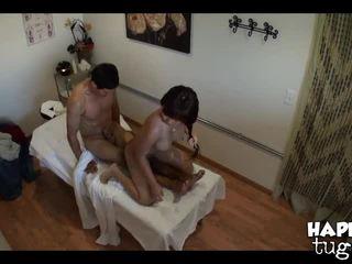 brunetka, olej, masaż w pokoju