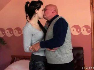 Bardzo stary dziadek loves nastolatka dziewczyna