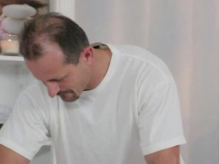 ホット ブルネット massaged と banged 上の テーブル