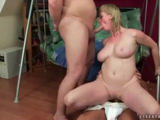 Marota a mijar sexo a três
