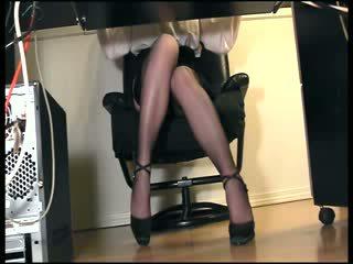 Thư ký thủ dâm trong vớ dưới bàn ẩn voyeur quang cảnh