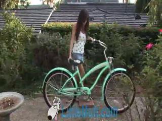 April oneil screws de bike! toegevoegd 02 18 2010