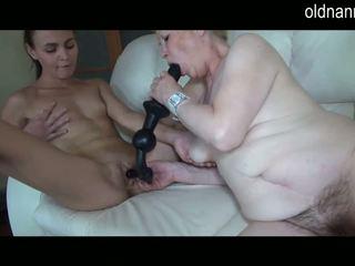 Oud oma en jong meisje vingeren en speeltjes spelen