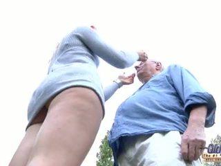 66 pensioner oud butler puts zijn piemel in zijn jong rijk teef dame