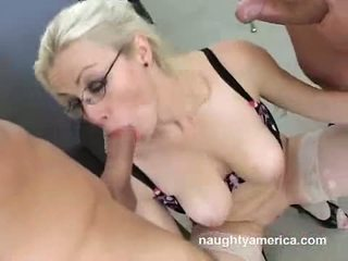 Adrianna nicole gets sprayed مع ل load من بوضعه في أن boyr فم