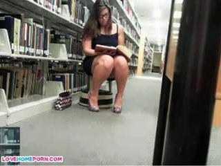 Ondeugend babe masturbates in de bibliotheek