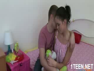 עירום חם נערה gets פטמות sucked ו - מציצות