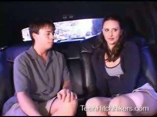 Tiener hitchhiker enjoying trio seks