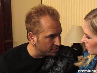 Rondborstig blondine aimee addison gets een hardcore neuken