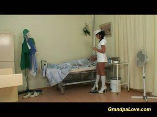Grootvader babe neuken de verpleegster