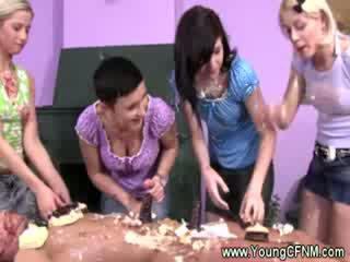 Femdom dolls turns guy stāšanās theor cake