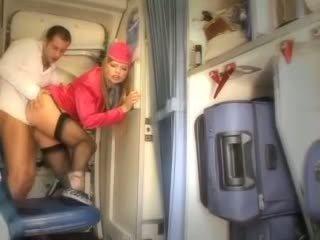 Sexy letuška gets čerstvý spermie aboard