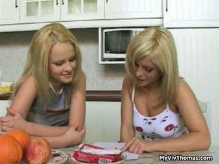 Geil schattig blondine lesbisch babes kussen