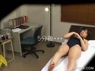 Oriental di berenang setelan getting seksi tubuh massaged