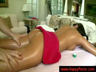 ब्रुनेट gets उसकी टिट्स massaged