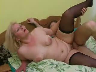 Sexy bunica lena seduce tineri alex