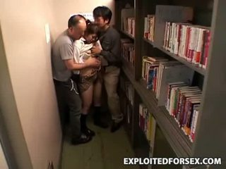 Shocked فتاة متلمس و مارس الجنس في مدرسة مكتبة