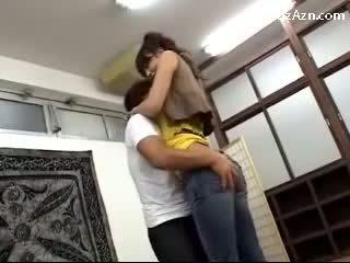 I shkurtër guy puthje me i gjatë vajzë licking sqetull rubbing të saj bythë në the middle i the dhomë