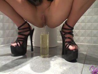 Angļi pornozvaigzne blondes čurajošas uz the vannas istaba