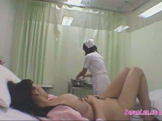Patiënt kussen met haar vriendin getting haar lichaam washed tieten rubbed door de verpleegster op de bed in de ziekenhuis