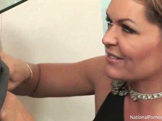 Velmi nóbl a seductive máma jsem rád šoustat fena slurps na obr schlong